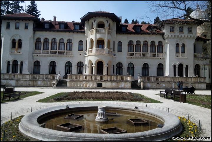 Замък в парк