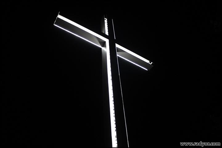 Светещ кръст с височина 33м
